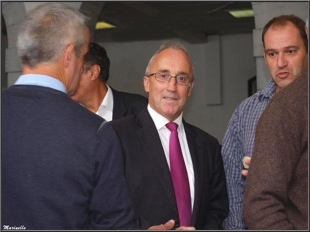 Monsieur le Maire de Laruns, Robert Casadebaig, visitant l'exposition des fromages sous la halle, Fête au Fromage, Hera deu Hromatge, à Laruns en Vallée d'Ossau (64)