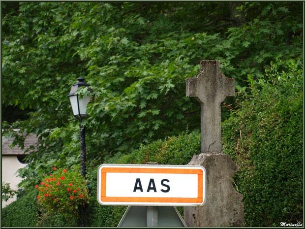 Entrée du village d'Aas au pied des Pyrénées, Vallée d'Ossau (64)