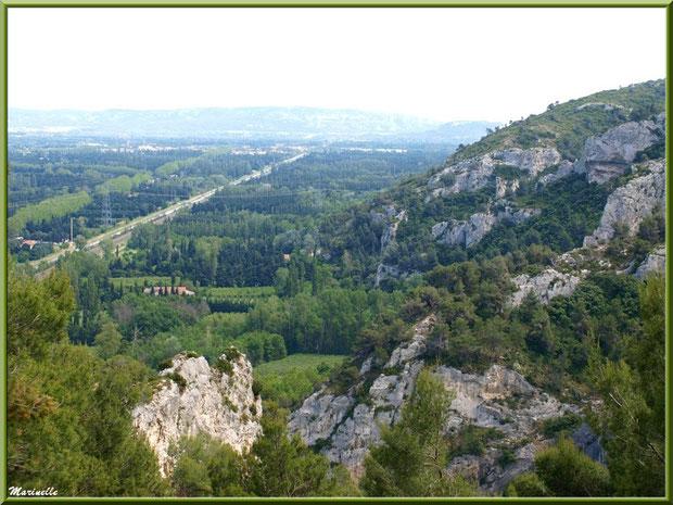 Vue panoramique sur la Vallée Heureuse depuis les jardins de la chapelle Notre Dame de Beauregard, village d'Orgon, entre Alpilles et Lubéron (13)