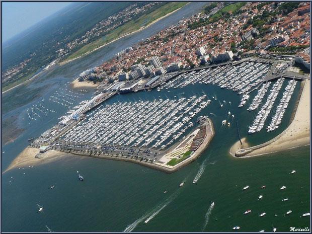 Arcachon, son port de plaisance et son quartier de l'Aiguillon avec, en toile de fond, les ports de La Teste, Bassin d'Arcachon (33) vu du ciel en amorçant un virage