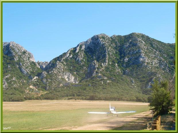Un avion venant d'atterrir sur la piste de l'aérodrome de Romanin avec les Alpilles pour décor à Saint Rémy de Provence (13)