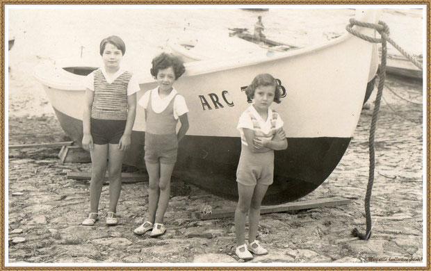 Gujan-Mestras autrefois : vers 1940, fillettes posant à côté d'une pinassotte (en premier, la plus petite est ma maman), Bassin d'Arcachon (photo de famille, collection privée)