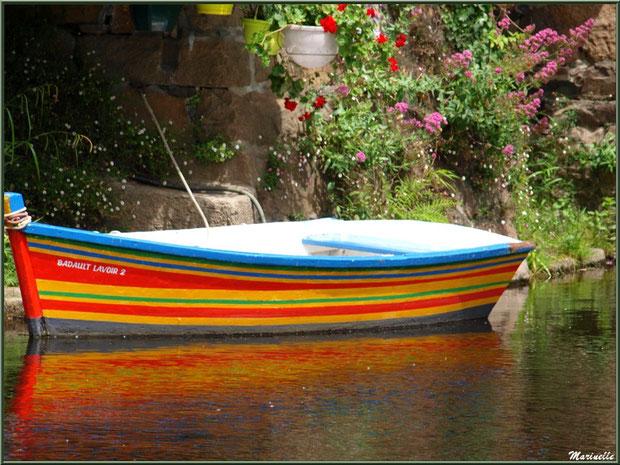 Ancien lavoir fleuri et son canot multicolore avec reflets, en bordure du Trieux, Pontrieux, Côte d'Armor (22)