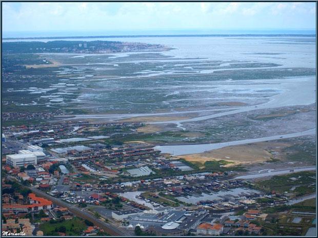 Gujan Mestras à marée montante avec son Lycée de la Mer, ses ports de La Barbotière, du Canal et de Larros, Bassin d'Arcachon vu du ciel (33)