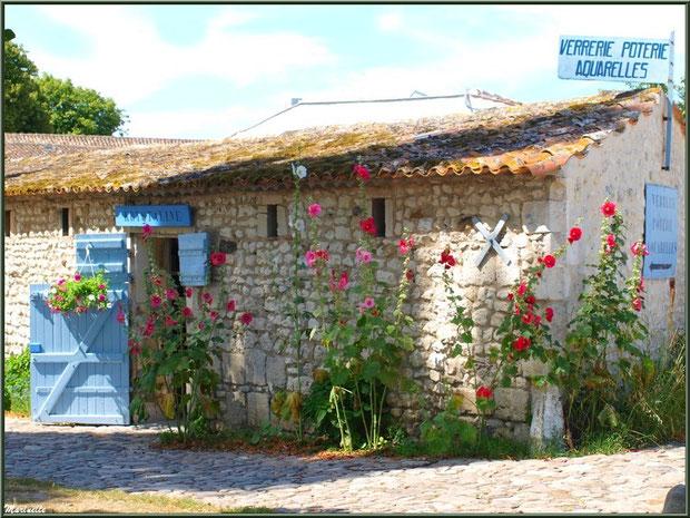 Ruelle, boutique et roses trémières à l'entrée du village de Talmon-sur-Gironde, Charente-Maritime