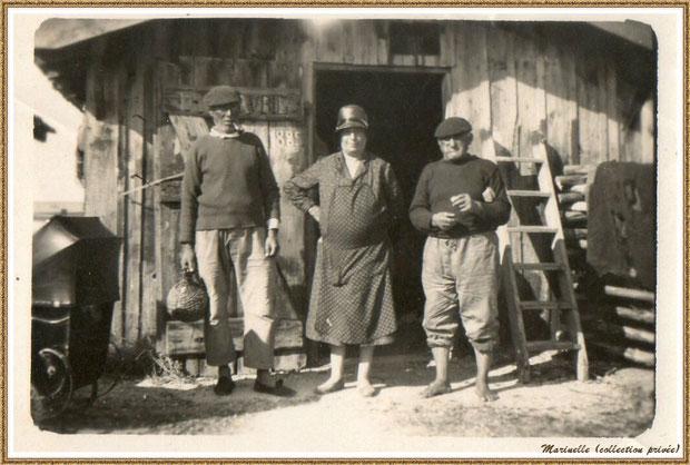 Gujan-Mestras autrefois : Devant une cabane, retour de la pêche en août 1931 (à remarquer, à gauche de la photo, un landau à bébé de l'époque), Bassin d'Arcachon (photo famille, collection privée)