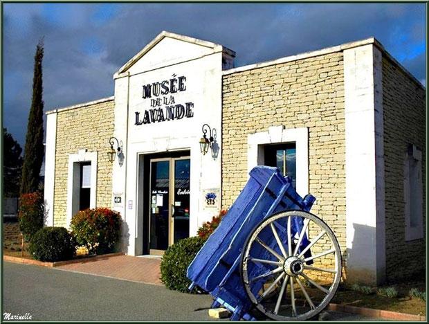 """Le """"Musée de la Lavande"""" à Coustellet (84) : façade entrée"""