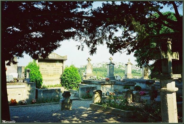 Le cimetière avec le monument aux morts pour la France (écrit en provençal) et vue sur les Alpilles, Château des Baux-de-Provence, Alpilles (13)
