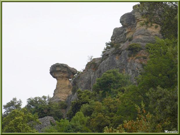 En chemin vers la source miraculeuse de l'Ermitage Saint Gens, village de Le Beaucet, Lubéron (84)