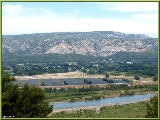 Vue panoramique sur la vallée de la Durance depuis les jardins de la chapelle Notre Dame de Beauregard, village d'Orgon, entre Alpilles et Lubéron (13) : on distingue les serres de melons de Cavaillon