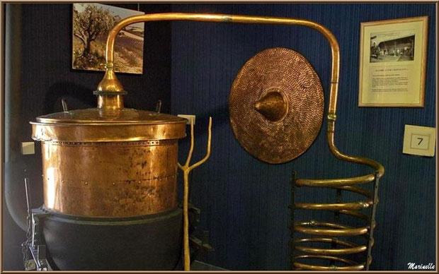 """Le """"Musée de la Lavande"""" à Coustellet (84) : cuve de distillation"""