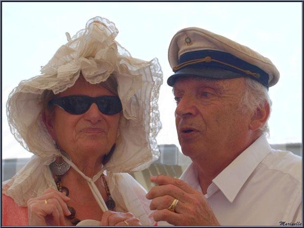 """""""Couple d'armateurs"""" avec leur coiffe d'époque, benaise pour la femme et casquette de marin pour l'homme - Fête du Retour de la Pêche à la Sardine 2014 à Gujan-Mestras, Bassin d'Arcachon (33)"""