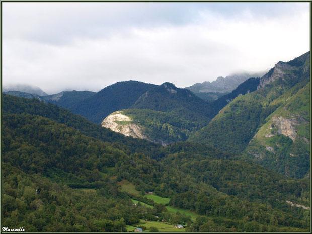 Panorama sur les Pyrénées et la vallée depuis les hauteurs du village d'Aas, Vallée d'Ossau (64)