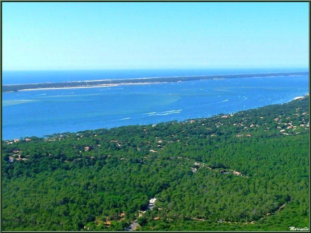 La Teste Pyla, le Bassin et le Cap Ferret en face avec son phare et le sémaphore puis l'océan Atlantique à l'horizon, Bassin d'Arcachon vu du ciel (33)
