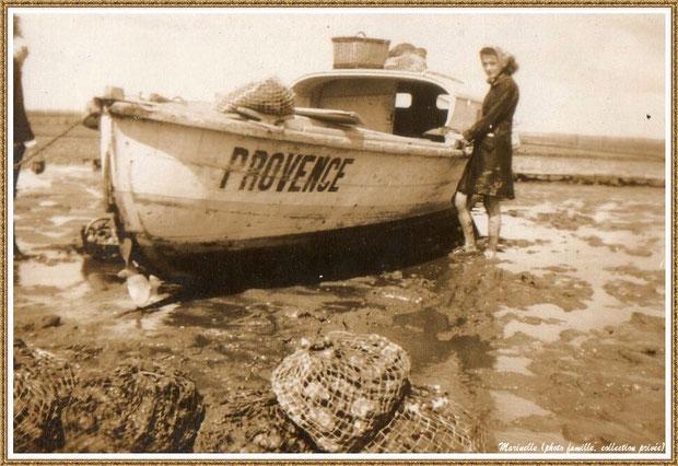 """Gujan-Mestras autrefois : Pinasse """"Provence"""" sur un parc à huître à marée basse, 1ère pinasse à mon grand-père, Bassin d'Arcachon (photo famille, collection privée)"""