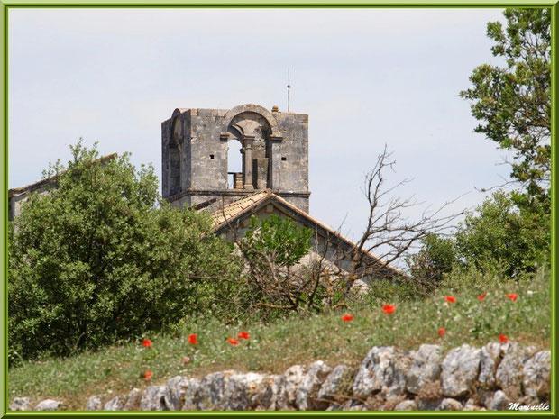 Le clocher carré de l'abbaye de Silvacane, Vallée de la Basse Durance (13) : vue depuis le chemin menant à l'abbaye