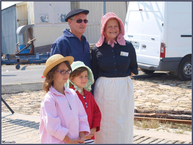 Homme, femme et fillettes, en tenue locale, attendant le retour des pêcheurs de sardine - Fête du Retour de la Pêche à la Sardine 2014 à Gujan-Mestras, Bassin d'Arcachon (33)