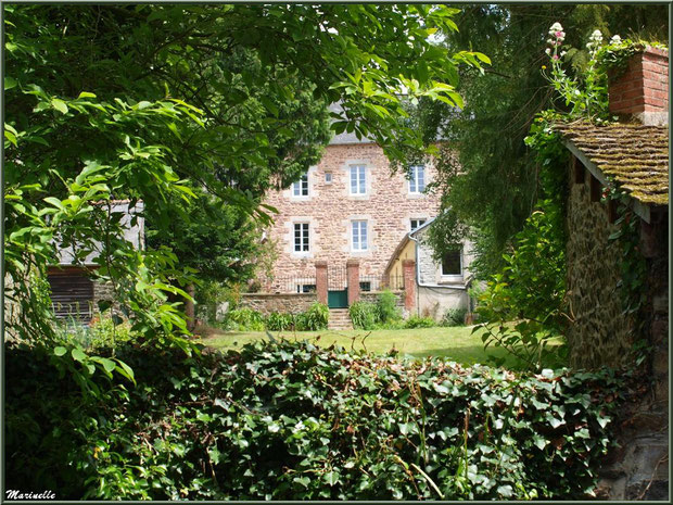 Maison bourgeoise avec son jardin et son lavoir personnel (devant, à doite), en bordure du Trieux, Pontrieux, Côte d'Armor (22)
