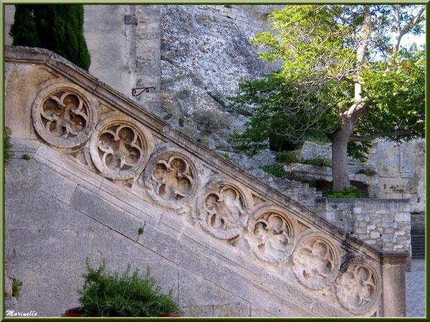 Escalier du parvis de l'église Saint-Vincent, Les Baux-de-Provence, Alpilles (13)