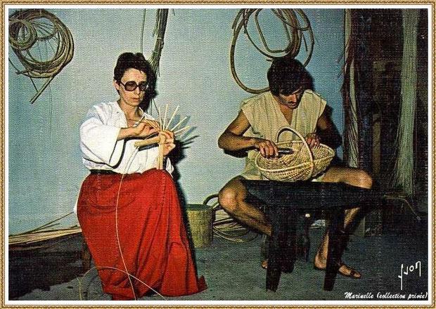 Gujan-Mestras autrefois : les vanniers au Village Médiéval d'Artisanat d'Art de La Hume, Bassin d'Arcachon (carte postale, collection privée)