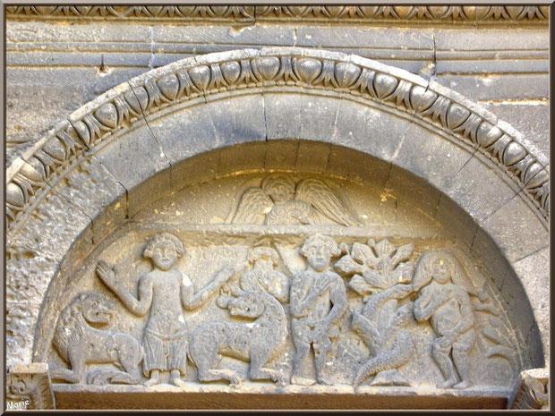 La chapelle Saint Gabriel à Saint Etienne du Grès dans les Alpilles (Bouches du Rhône) : le tympan où Adam, Eve, Daniel et ses lions cohabitent