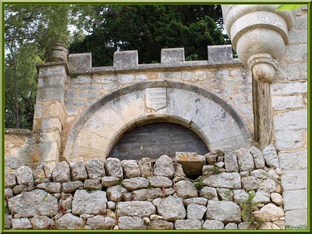 Fortifications anciennes dans le village d'Oppède-le-Vieux, Lubéron (84)