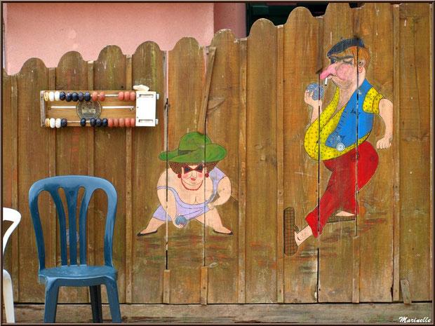 Fresque humoristique et compte points au boulodrome sur la Place de la Fontaine, Village de L'Herbe, Bassin d'Arcachon (33)