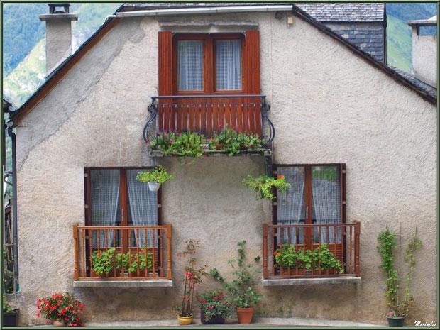 Façade fleurie dans le village d'Aas, Vallée d'Ossau (64)