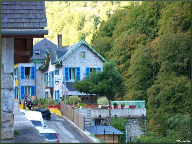 Hôtel-Auberge aux couleurs chatoyante dans le village des Eaux-Chaudes, Vallée d'Ossau (64)