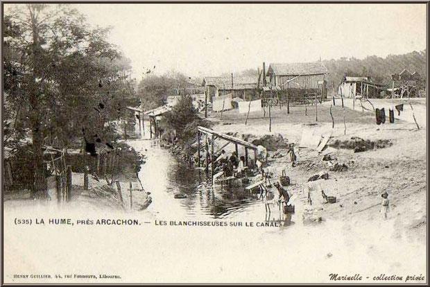 Carte postale ancienne : les blanchisseuses le long du Canal des Landes, au début du XXème siècle, à l'emplacement de l'actuel Parc de la Chêneraie à Gujan-Mestras (Bassin d'Arcachon) - cliquez dessus