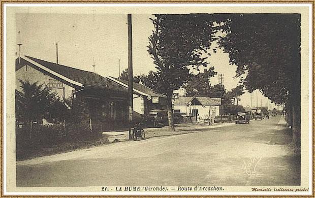 Gujan-Mestras autrefois : vers 1920 avec sur la gauche, épicerie (publicité chocolat Menier sur le mur) puis le garage de La Hume (voiture et poste à essence), sens direction Arcachon, Bassin d'Arcachon (carte postale, collection privée)