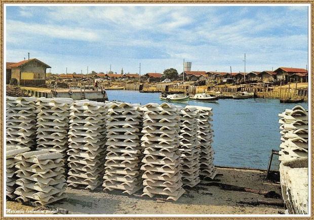 """Gujan-Mestras autrefois : tuiles sur quai à l'entrée de la darse secondaire (darse principale en face de l'autre côté du """"Pointon""""), Port de Larros, Bassin d'Arcachon (carte postale, collection privée)"""