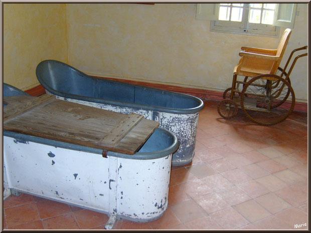 Baignoires et fauteuil roulant à côté de la chambre de Van Gogh au monastère de Saint Paul de Mausole à Saint Rémy de Provence (Alpilles - 13)