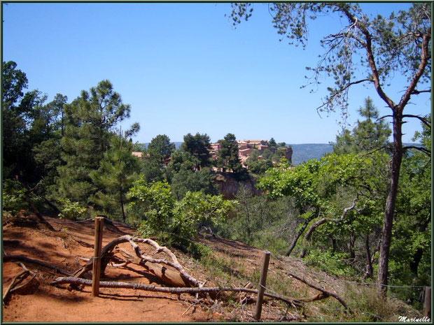 Le village de Roussillon vu depuis les carrières d'ocres, Lubéron (84)