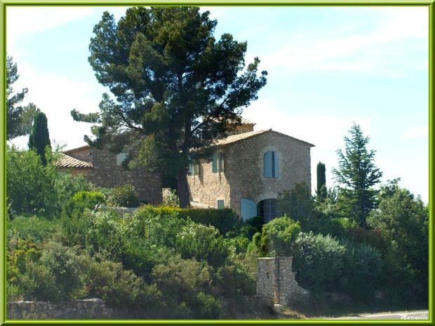 Mas sur la route du Village d'Eygalières dans les Alpilles, Bouche du Rhône