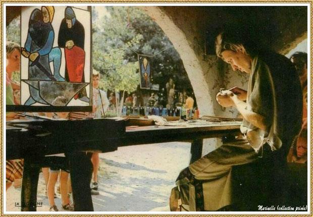Gujan-Mestras autrefois : Atelier du vitrail au Village Médiéval d'Artisanat d'Art de La Hume, Bassin d'Arcachon (carte postale, collection privée)