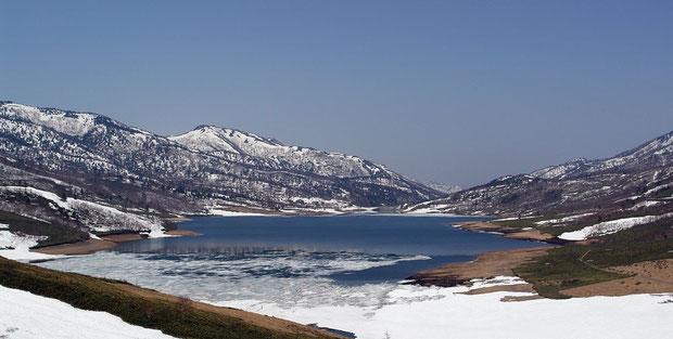 群馬県は六合村の野反湖。標高約1500mの湖の空気は澄みきっていました。 2008.04.30