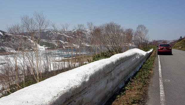 国道脇にも除雪された雪が残ります