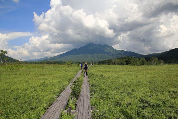 尾瀬ヶ原は暑い... 燧ヶ岳が近づいてきた。 山の上の雲がますます多くなっている