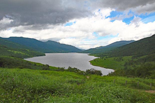 満々と水をたたえた野反湖。 相方が撮影に失敗し、なんとか補正しようとしてドツボにはまった写真です