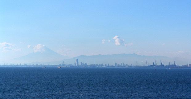 海ほたるより西を望む。横浜ランドマークタワー、丹沢山系の山々、富士山が重なって見えた