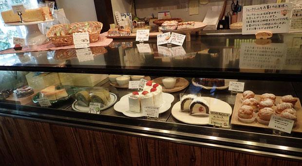 厳選された素材のケーキ類 右端のミトンズシュークリームが有名だがどれもおススメできます
