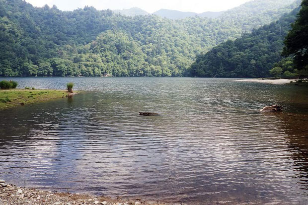 観光客もここまでは来ない 静まり返った湖岸を探す