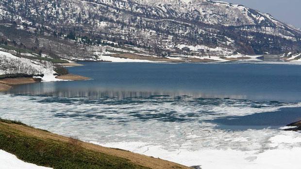 湖には、まだ氷が残ってしました