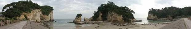 高戸小浜海岸  どこかにハマギクの群生が写っています。写真をクリックして大きな画面で探してみて下さい!
