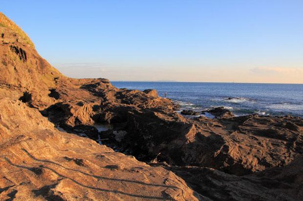 城ヶ島の海岸  遠くに房総半島が見える  夕日で岩が紅く染まった