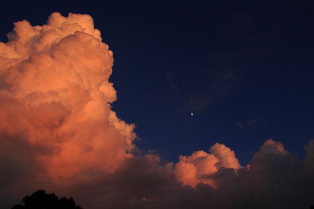 標高1500mを超える野反湖では、積乱雲も間近でのしかかって来るような迫力でしたが、夕日に染まり美しかった