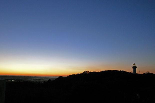日が傾き、大東崎灯台に灯火が灯った。 地上高15.9m、標高72m。光度25万cd、光達距離約39km。
