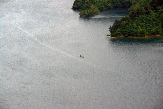 奥只見湖  小さなボートが浮かんでいた 釣り人だろうか