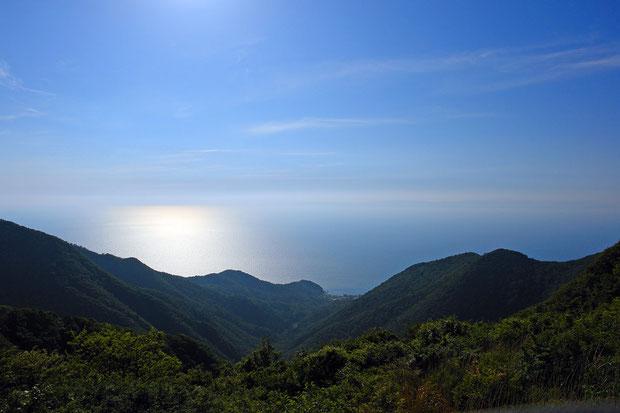 弥彦山から日本海を望む。 遠く佐渡ヶ島の影も見える。